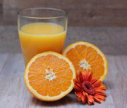 Sveži, doma pripravljeni pomarančni sok.