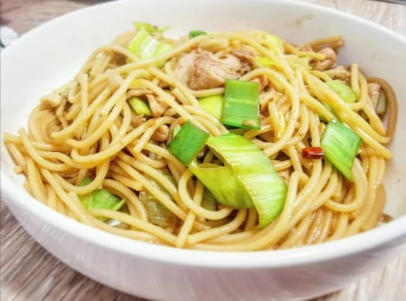 Praženi špageti s piščancem-min